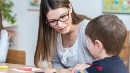 Mère qui garde son enfant et qui le fait étudier