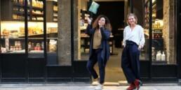 deux femme se tenant devant leur commerce