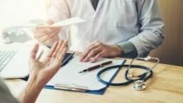 un médecin donne un document à son patient